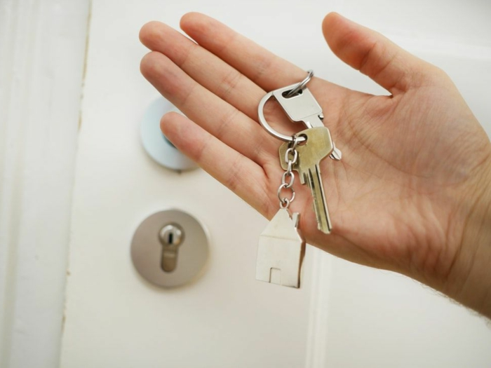 Umzug in eine neue Wohnung mit Umzugskredit bequem planen, Schlüssel an einem Schlüsselbund in einer Hand