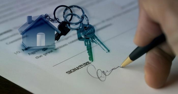 Vertrag für neue Wohnung schließen, Umzug mit Umzugskredit günstig finanzieren, Schlüssel am Schlüsselbund