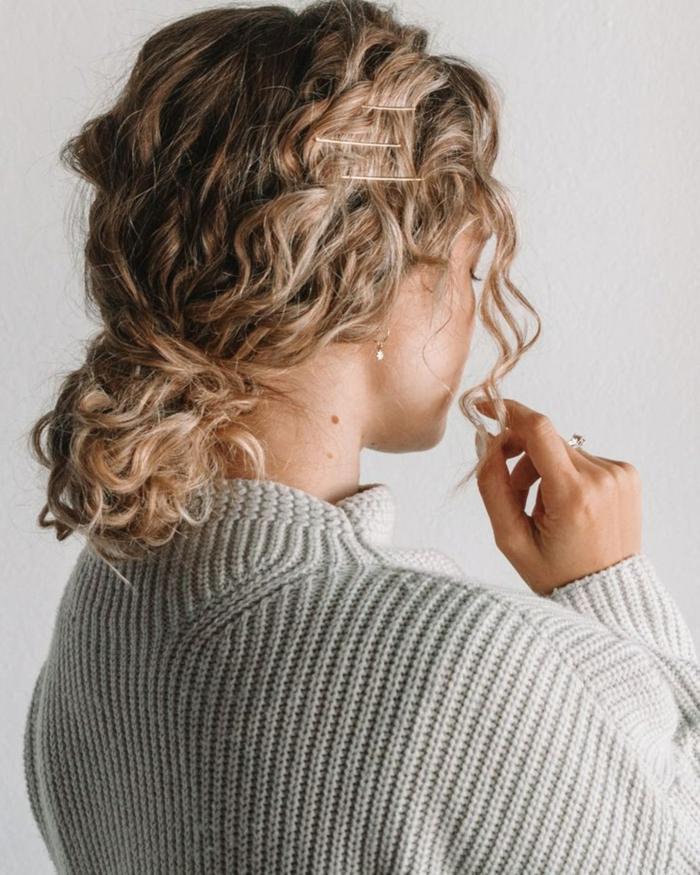Hochsteckfrisuren für kurze lockige Haare, niedriger Haarknoten, blonde Frau, kurze Haare Locken, weißer Pullover