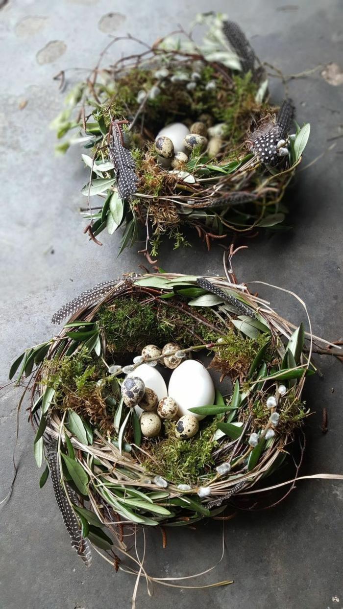 zwei Körbe aus Holz und Blätter, kleine und große Eier im Kranz, Osterkörbchem basteln aus Naturmaterialien