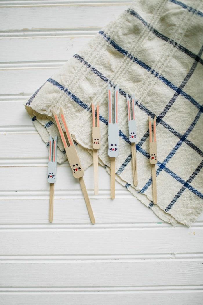 Osterdeko basteln aus Naturmaterialien, Upcycling Ideen für Wäscheklammer, malen von Hase, Osterdekoration Ideen