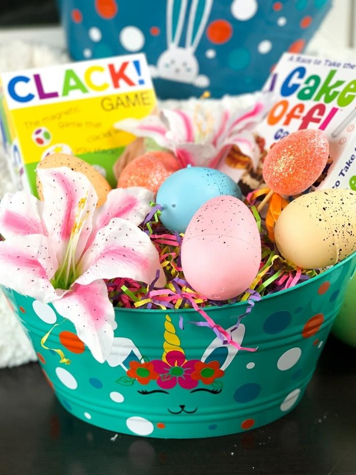 Osterkörbchen basteln mit Krippenkindern, Vorlage für Osterhase Abbild, Korb gefüllt mit Spielen und bunten Eiern, pinke Blume