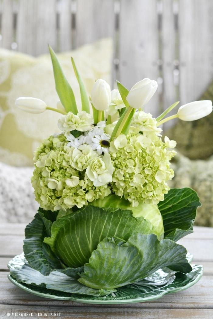 Ausgefallene Tischdeko Frühling aus Naturmaterialien, Weißkohl als Blumentopf mit grünen und weißen Blumen, Osterdeko basteln aus Naturmaterialien