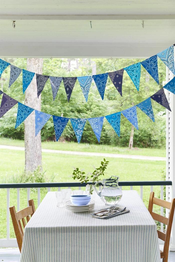 Party im Garten mit schöner Dekoration, Dreieck Fahnen gemacht aus alten Bandanas, Upcycling Ideen, Gartendeko selbstgemacht