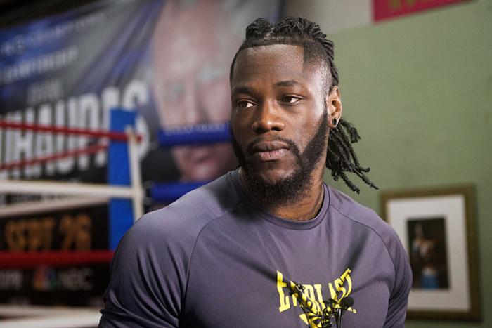 mann mit kleinen schwarzen ohrringen und mit schwarzem bart, der boxer Deontay Wilder