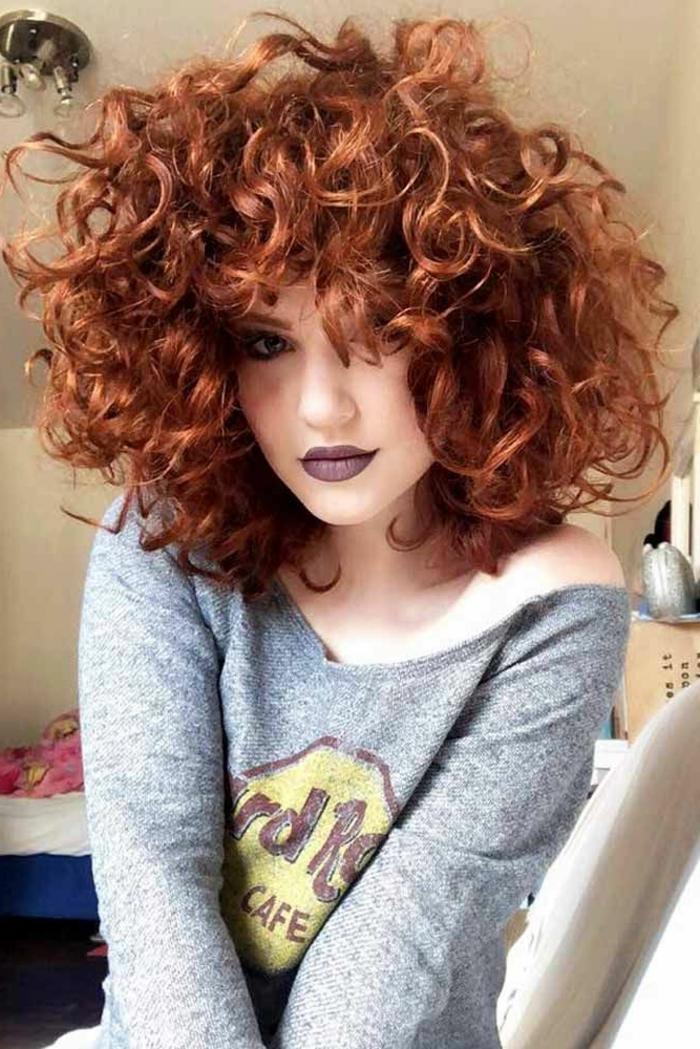Frau mit kurzen roten Haare, Frisuren mit Locken, Hard Rock Cafe grauer Sweatshirt, dunkler Lippenstift