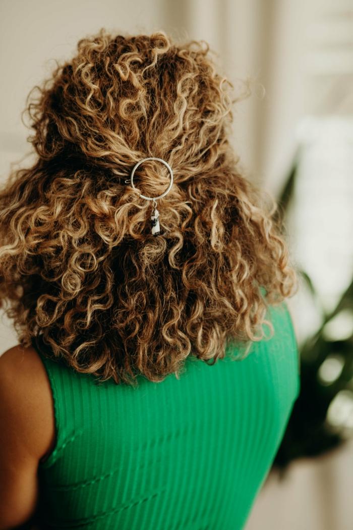 Halb hoch halb runter Kurzhaarfrisur, Haarschnitt Locken braune Haare mit blonden Strähnen, Frau im grünen Top