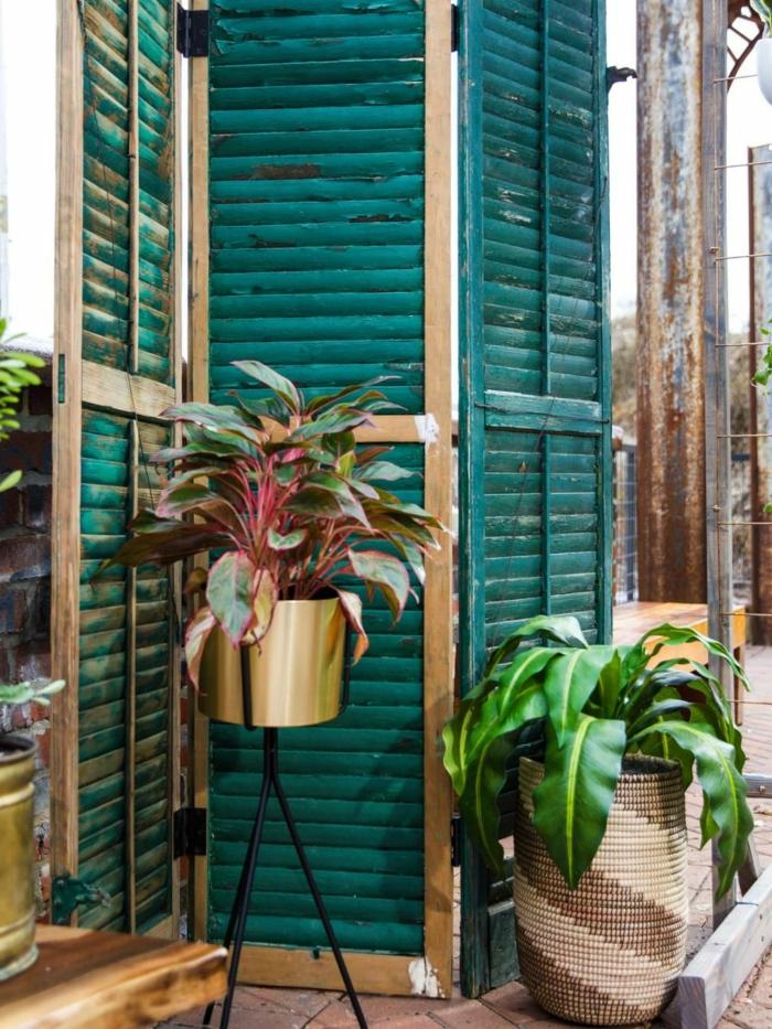 gartengestaltung ideen bilder, upcycling Ideen garten, grüne Jalousien wiederverwenden als Sichtschutz, zwei große grüne Pflanzen