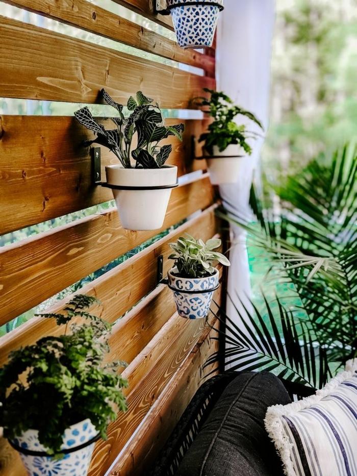 Gartendeko aus Holz, Idee für Sichtschutz aus Bretter, aufgehängte kleine Töpfe mit Blumen, Deko für Garten und Terrasse
