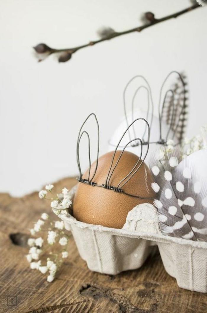 Osterhasenohren aus Draht selber machen, Ei in einer Eierschale, graue Feder mit weißen Pünktchen, Bastelideen zu Ostern