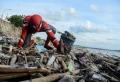 Spiderman sammelt Müll von den Stränden der indonesischen Insel Sulawesi
