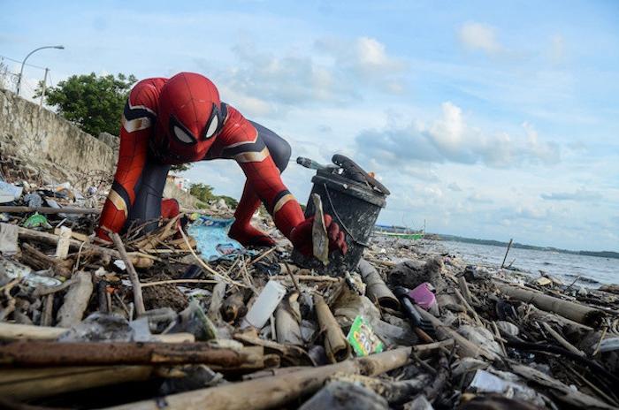 blauer himmel mit wolken, ein mann mit einem kostüm von dem superhelden pidermann, die indonesische insel sulawesi, rudi hartono
