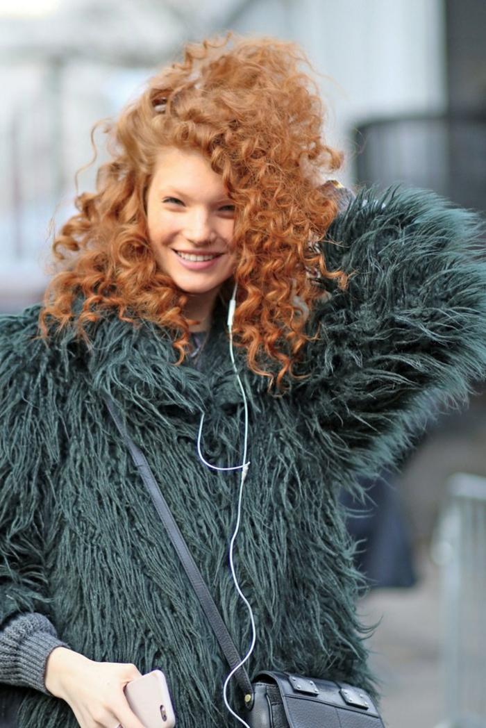 Street Style Fotografie Inspiration, grüne flauschige Jacke, Frau mit roten Haaren. modische Kurzhaarfrisuren für lockiges Haar