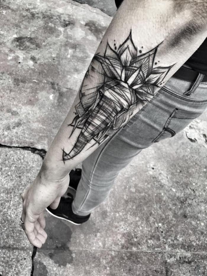 symbol für stärke, blackwork tätowierung mit elefant als motiv, mandala tattoo