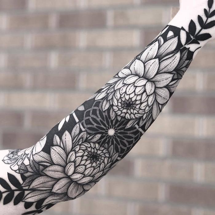 symbol für stärke, hibiskus blumen als tattoo motiv, sleeve tätowierung in schwarz und grau