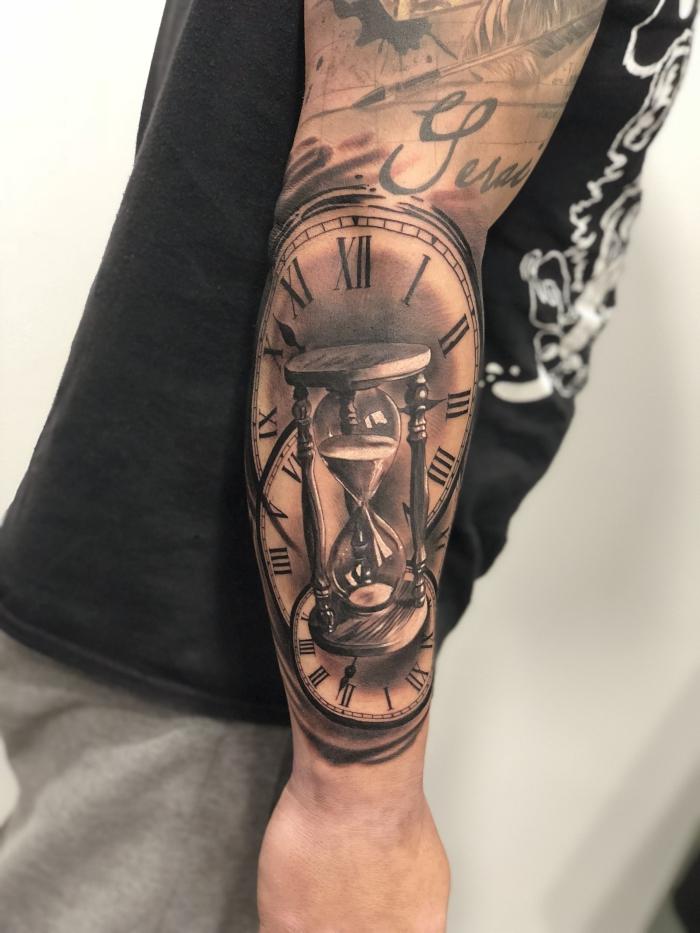 tattoo arm mann, sanduhr und taschenuhren, sleeve tattoo ideen, realitisch