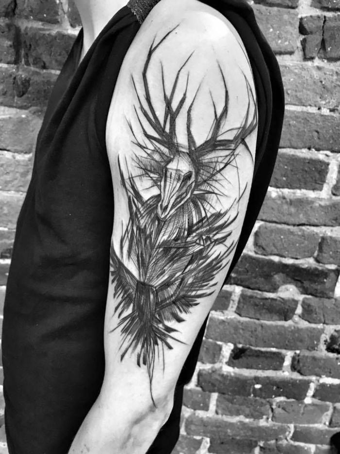 tattoo arm mann, tätowirungen in schwarz und grau, dämon am oberarm