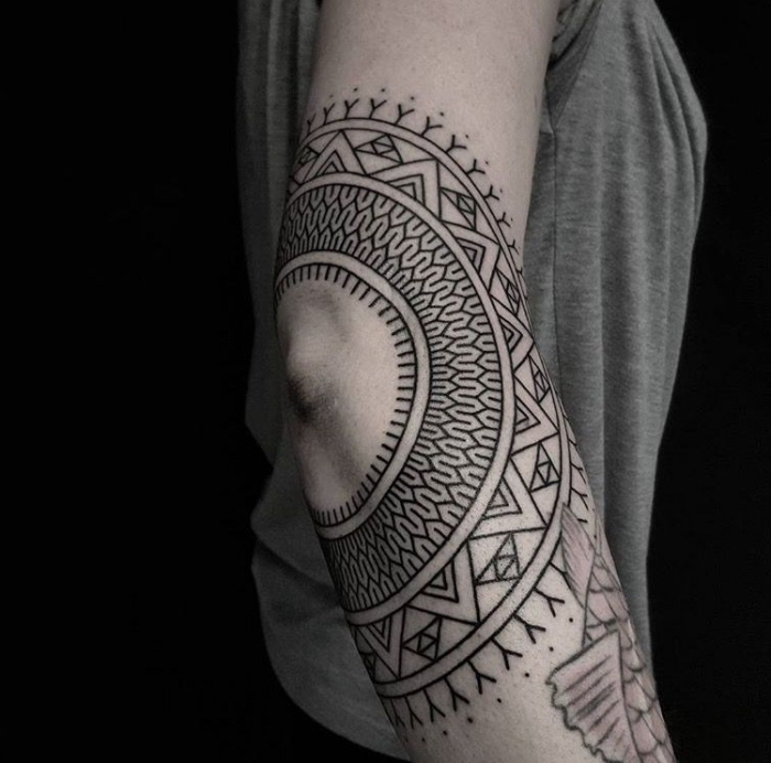 tattoo für neuen lebensabschnitt, tätowierung am arm, goemetrische motive