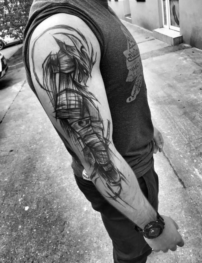 tattoo ideen männer, samurai am oberarm, schwarz graue tätowierung mit japanischem motiv