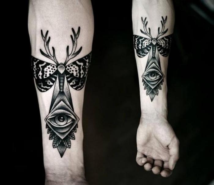 tattoo männer arm, blackwork tätowierung mit verschiedenen symbolen als motiven