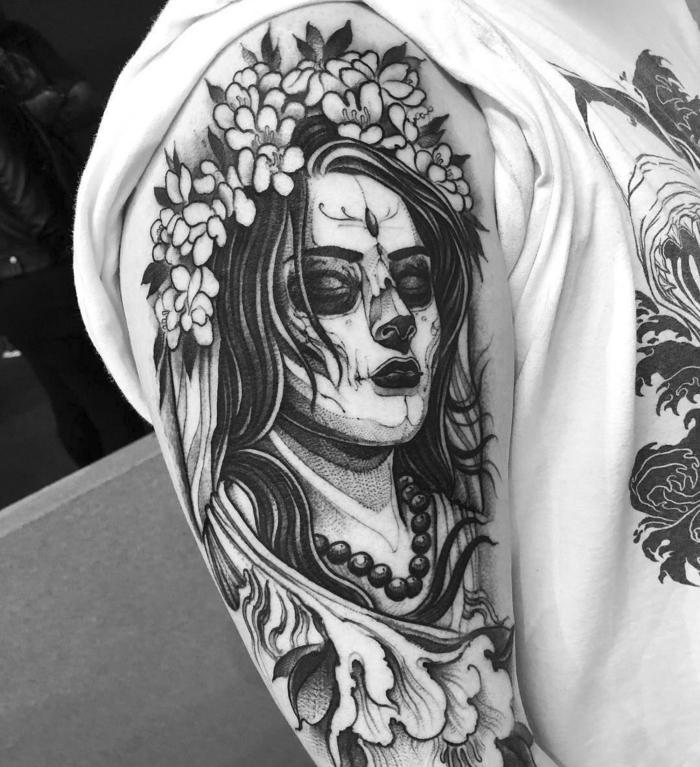 tattoo männer arm, frau mit kopfschmuck aus blumen, große tätowierung am oberarm