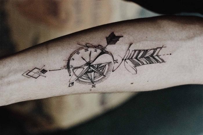 tattoo männer arm, kompass in kombination mit uhr und pfeil, die besten tattoo motiven