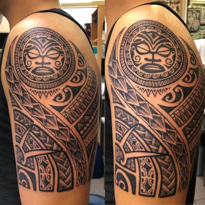 tattoo trends 2019, große detaillierte tätowierung an der schulter, samoanische symbole