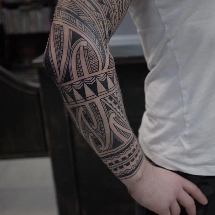 tattoo trends 2019, sleeve tattoo in schwaru und grau, maritime tätowierung, maori