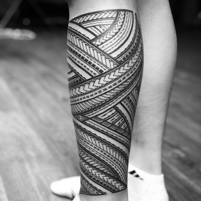 tattoo trends 2019, tribale motive mit beudetung, traditionelle tätowierung am bein