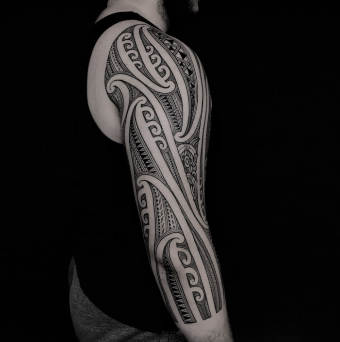 tattoo trends für herren, große tätowierung an der shculter und arm, blackwork sleeve