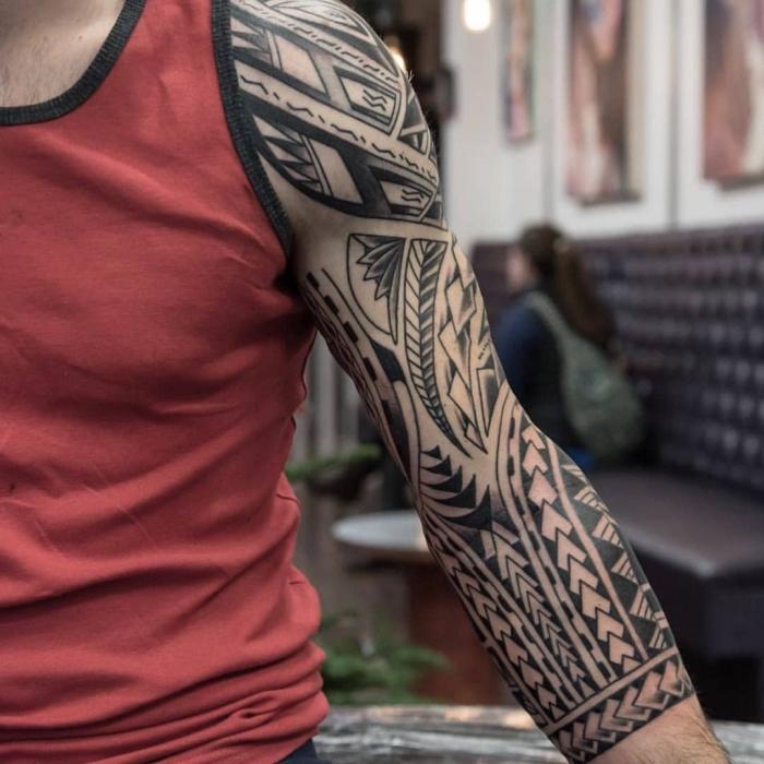 tattoo trends für männer, blackwork sleeve mit polynesichen motiven, geometrische tätowierung