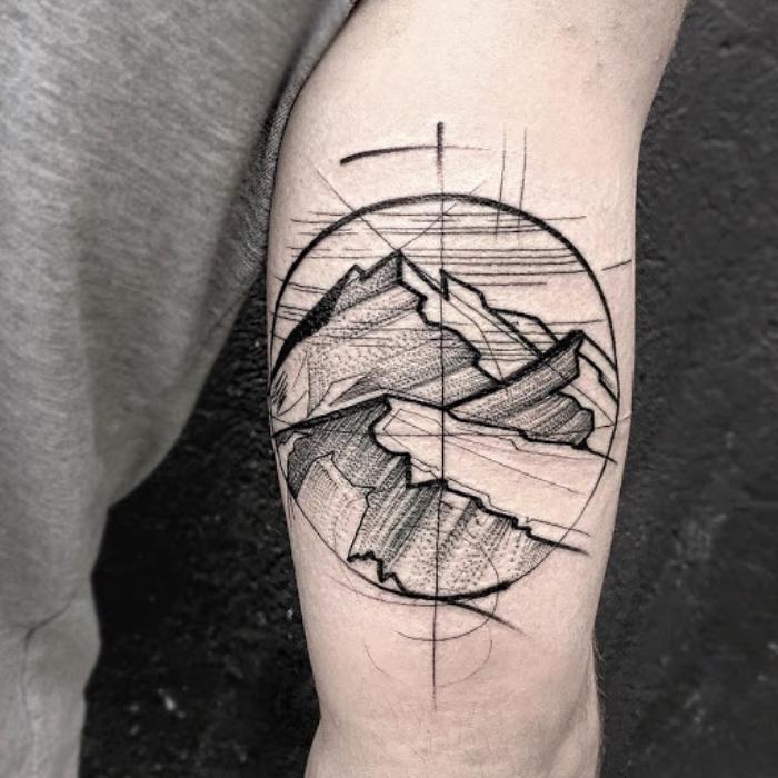tattoos männer arm, blavkwork tätowierung am oberarm, gebirge