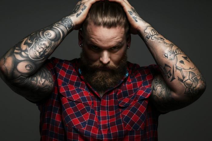 tattoos männer arm, mann mit vielen tätowierungen, kariertes hemd in rot und blau
