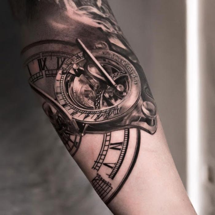 tattoos männer arm, realitische tätoweirung mit kompass und taschenuhr als motiv