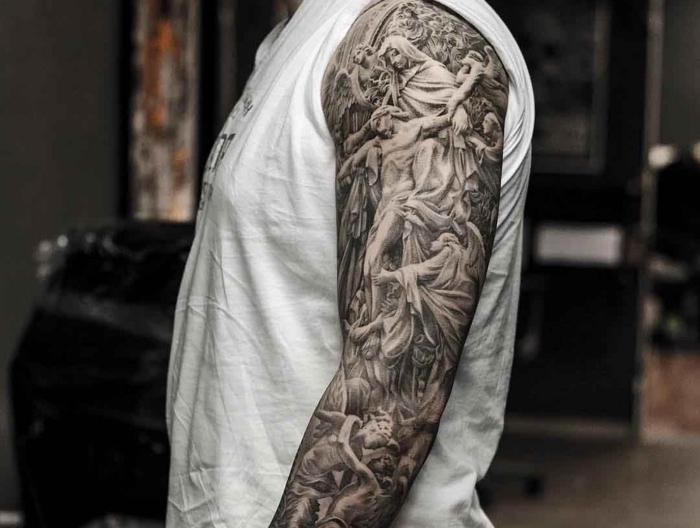 tattoos männer arm, sleeve in schwarz und grau, mann mit großer tätowierung mit religiösen motiven