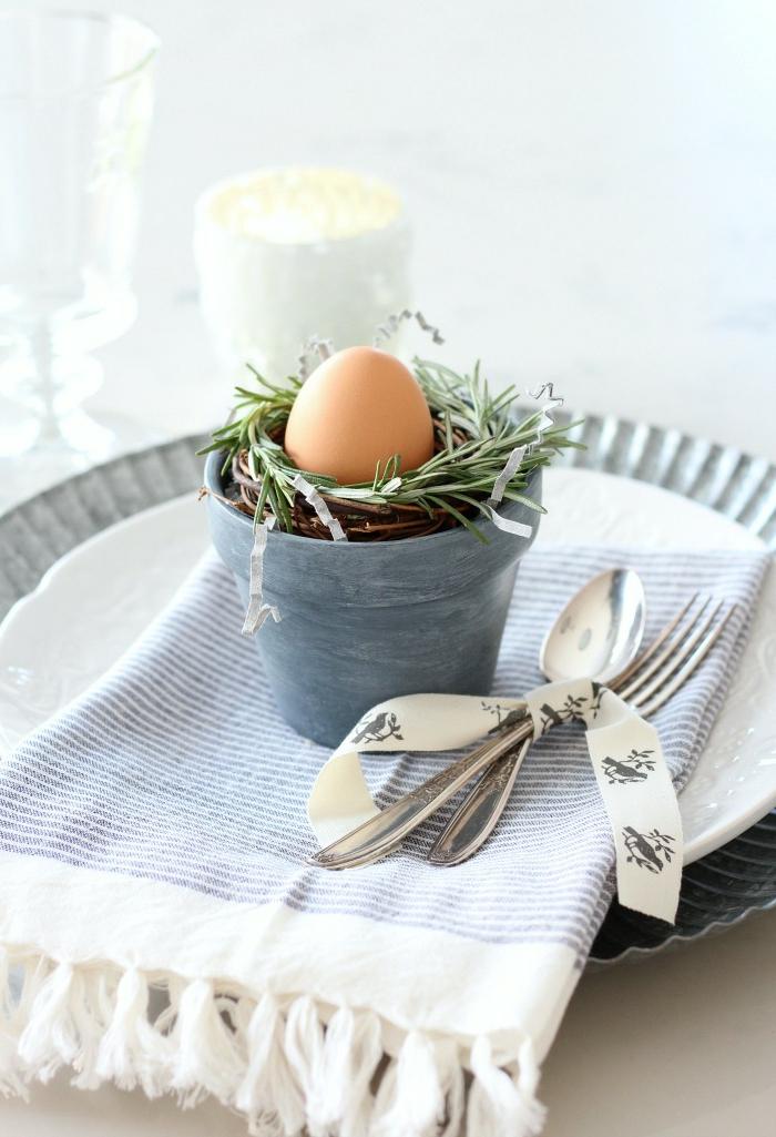 Frühlingsdeko aus Naturmaterialien selber machen für den Tisch, kleiner Kranz aus Rosmarin in einer kleinen Topf mit Ei, blauer Tuch