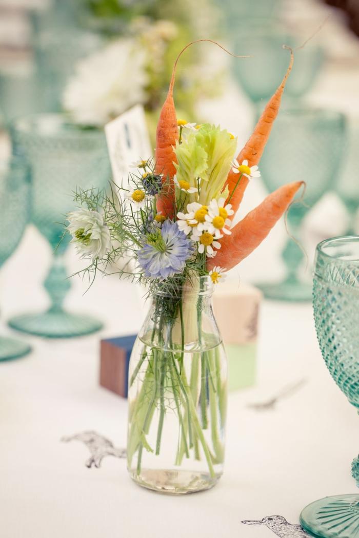 Originelle Frühlingsdeko aus Naturmaterialien selber machen für den Tisch, Vasen mit Blumen und Möhren, Ostern 2020