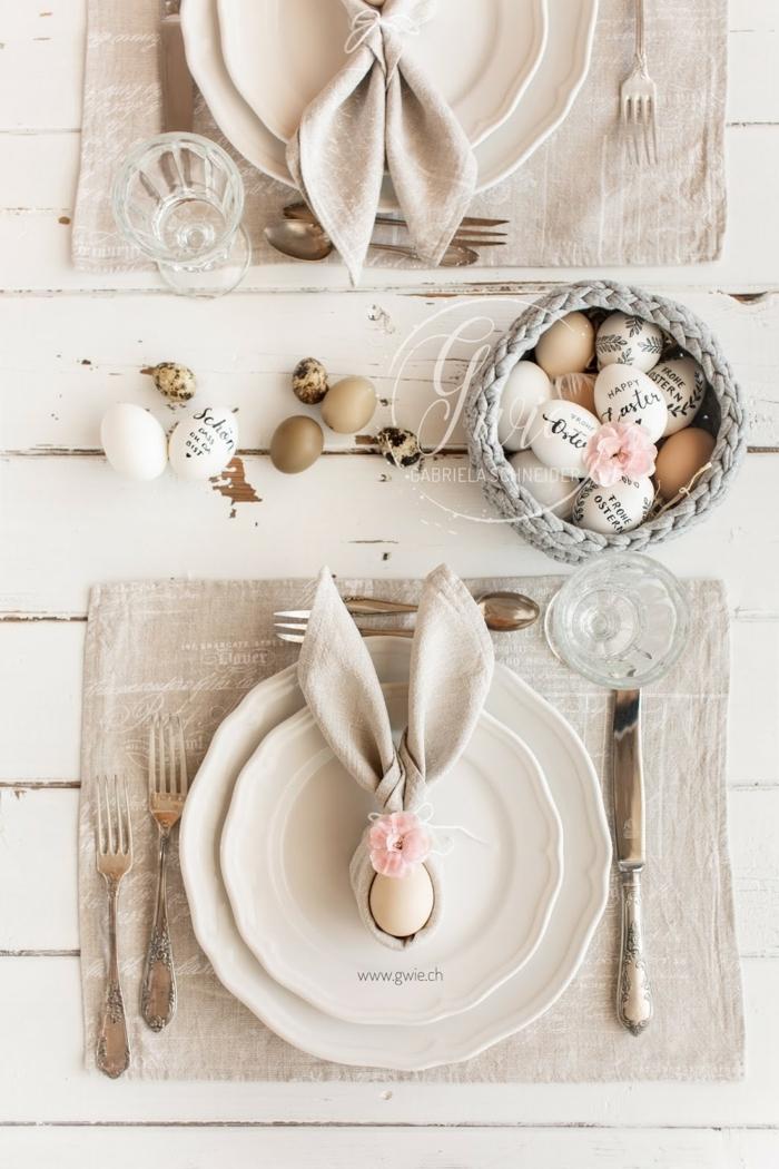Servietten falten zu Ostern 2020, Tischdeko Frühling, pinterest Osterdeko, gefaltene Serviette in der Form von Hasenohren, gedeckter Tisch