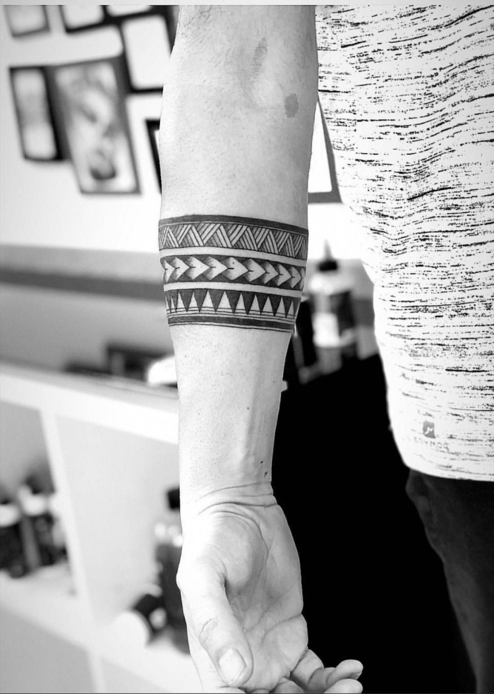 tribal tattoo am arm, blackwork tätoiwerung am unterarm, tribal band