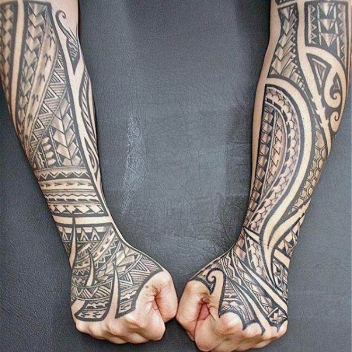 tribal tattoo arm, geometrische motive, tätowierungen für männer, sleeve in schwarz und grau
