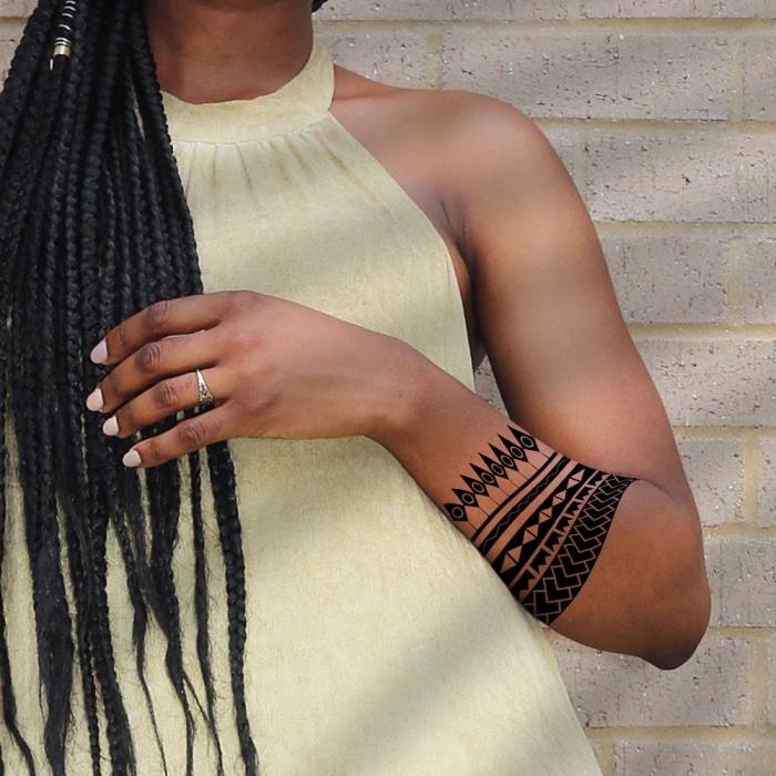 tribal tattoo arm, tätowierungen für frauen, band am unterarm, polynesiche motive