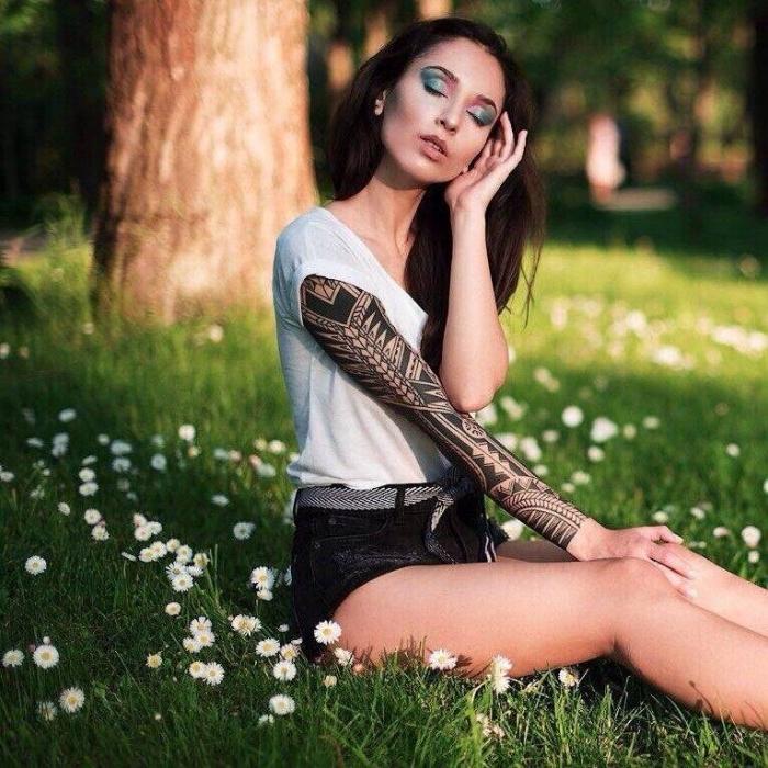 tribal tattoo frau, blackwork sleeve mit geometrischen motiven, große tätowierungen für damen