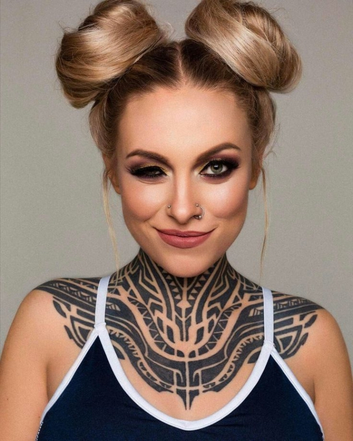 tribal tattoo ideen für frauen, große tätowierung am schulter und nacken, blackwork