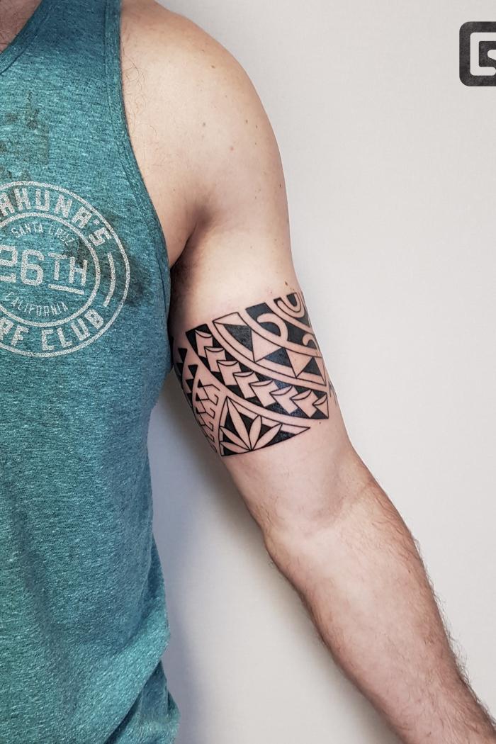 tribal tattoo ideen für männer, blackwork band, geometrische motive, tätowierung am oberarm