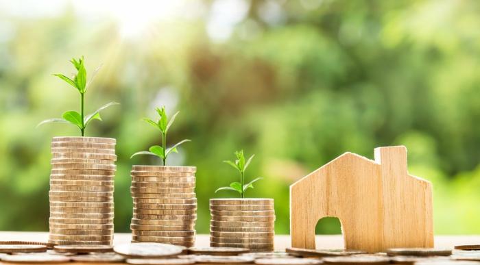 Umzug in einer neuen Wohnung planen, Geld sparen mit Umzugskredit bequem und günstig, kleines Haus aus Holz