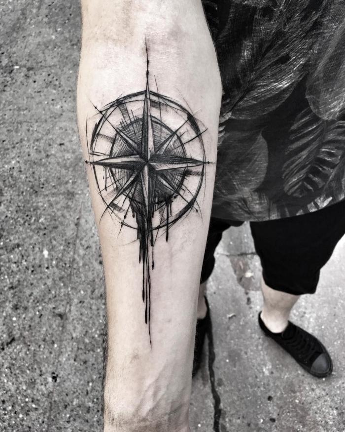 unterarm tattoo mann, tätowierung mit kompass als motiv, blackwork design