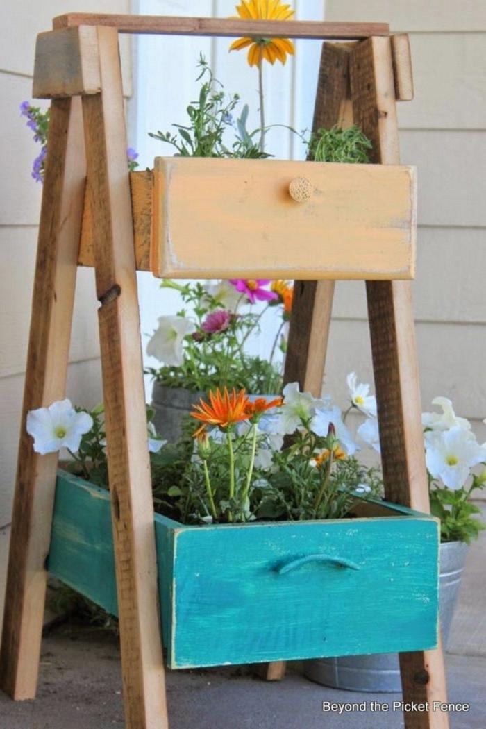 Upcycling Ideen Garten, Wiederverwenden von alten Schubladen als Pflanzer, bemalt in blaue und ocker Farbe, Garten Ideen selber machen
