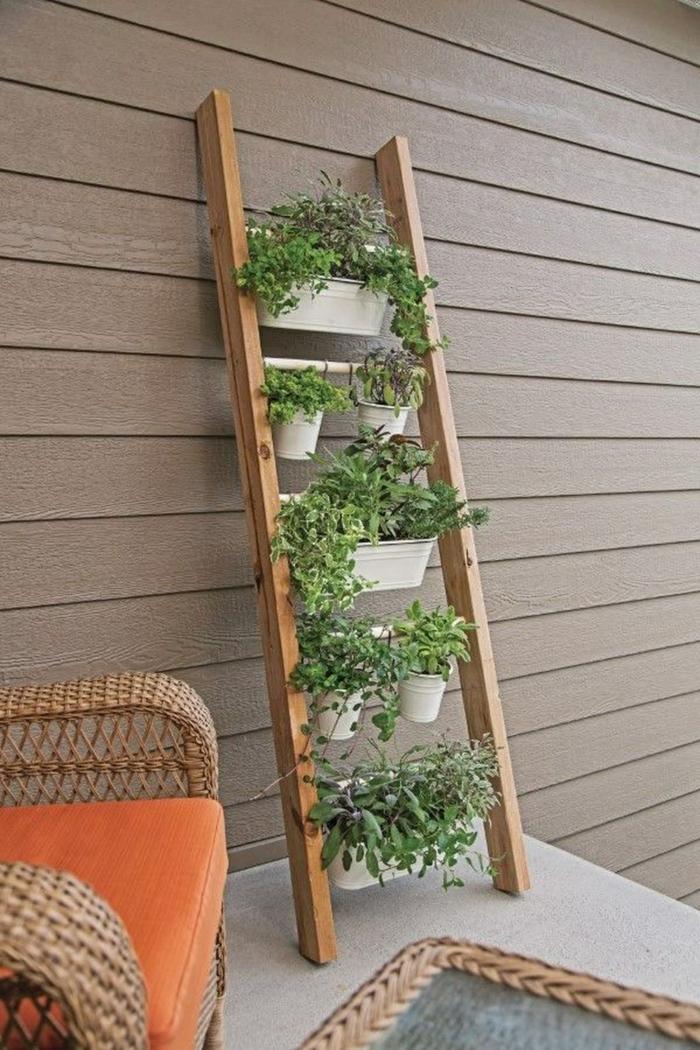 Upcyclen von einer alten Leiter zu großer Pflanzer, Garten Ideen selber machen, Sessel mit orange Kissen, braune Wand