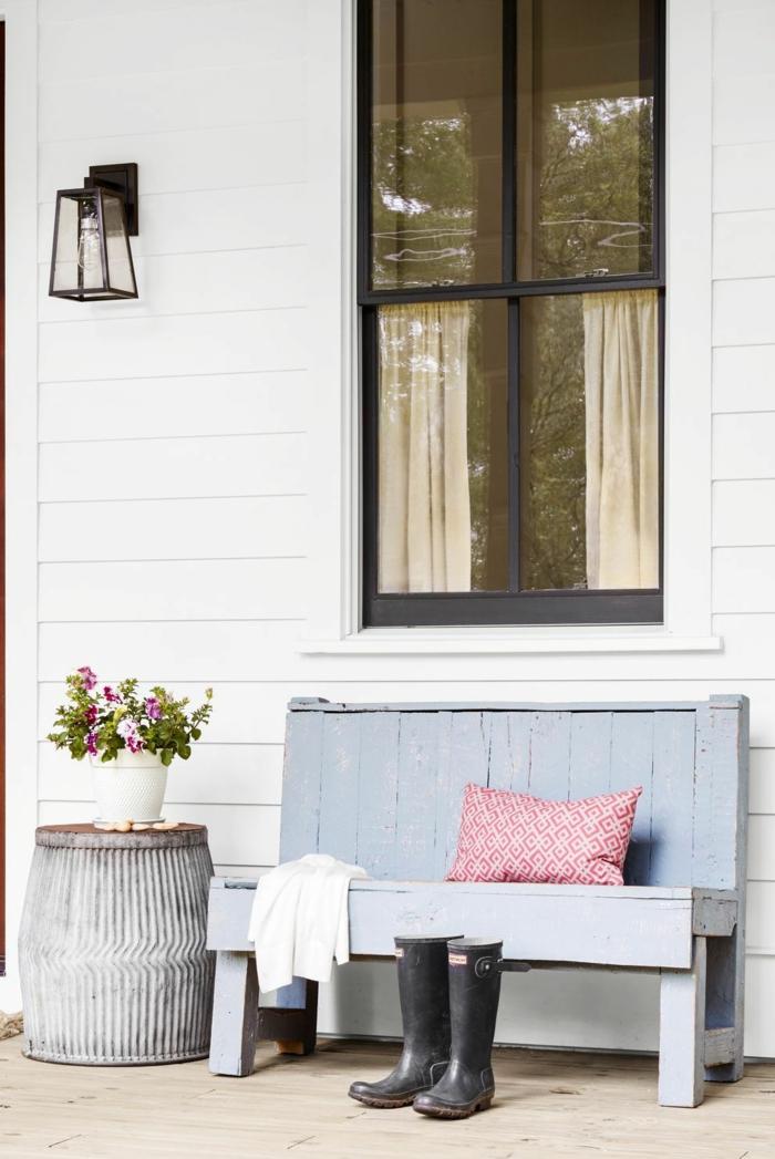 Wiederverwenden von altem Eimer zu einem kleinen Tisch, blaue Bank, schwarze Gummistiefel, Gartendeko selbstgemacht