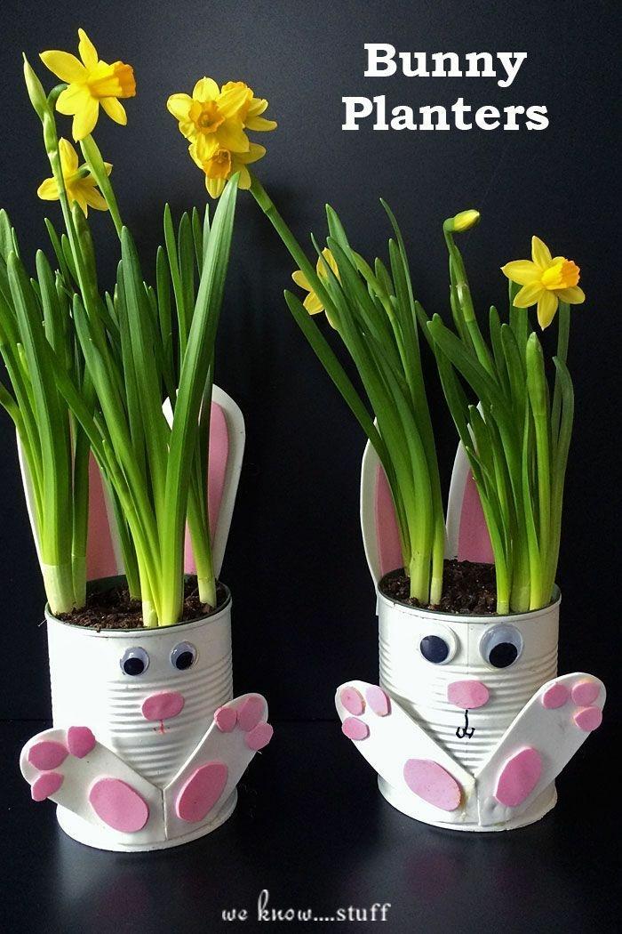 Upcycling Ideen für alte Aludosen, DIY Hasenpflanzer mit gelben Blumen, Osterbasteln Kleinkind, pinke Hasen